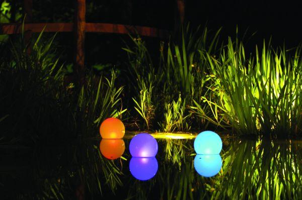 Аккумуляторные фонари на пруду