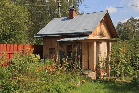 Баня на садовом участке своими руками строится в глубине или задней части сада.