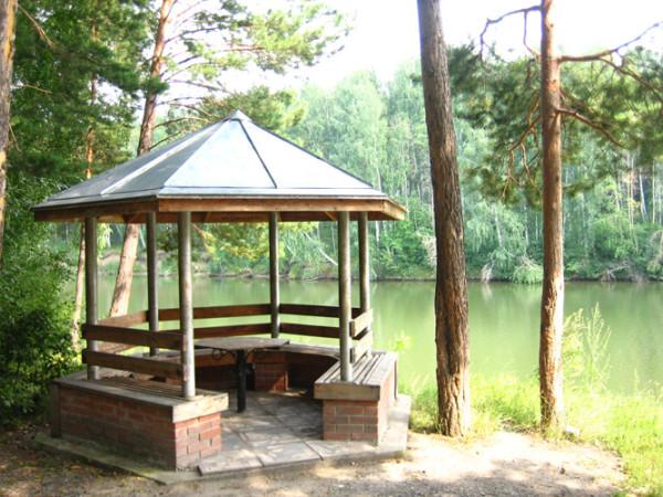 Беседка над озером.