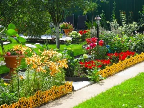 Чтобы наслаждаться целый сезон великолепием красок в саду, при выборе растений следует обратить внимание на сроки их цветения