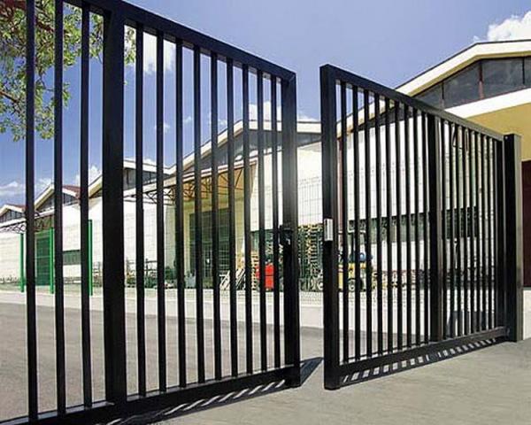 Дачные дома из блок контейнеров за воротами с распашным механизмом открытия