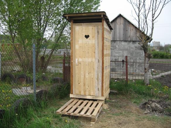 Дачные туалеты без окошка в природе практически не встречаются