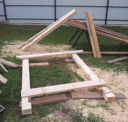Даже небольшое деревянное основание или опора может значительно увеличить качество хранения дров, невзирая на погодные условия