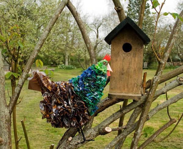 Даже обычный деревянный скворечник станет настоящим украшением сада