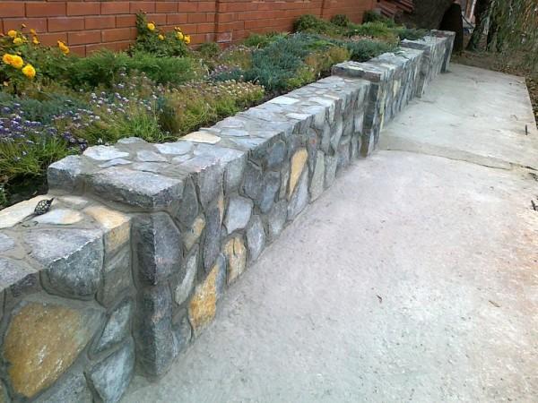 Декоративная подпорная стенка из бутового камня.