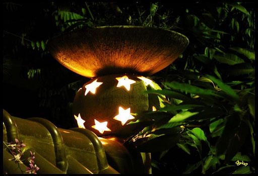 Декоративные фонарики для дачного участка прекрасно справятся с созданием сказочной атмосферы