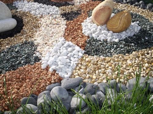 Декоративные камни для сада создают удивительно спокойную атмосферу