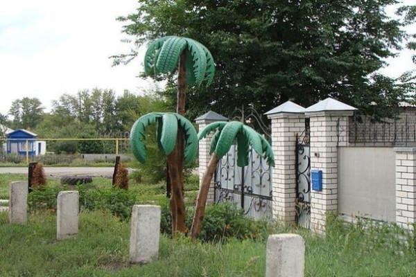 Декоративные пальмы из остатков дерева и старых автомобильных шин.