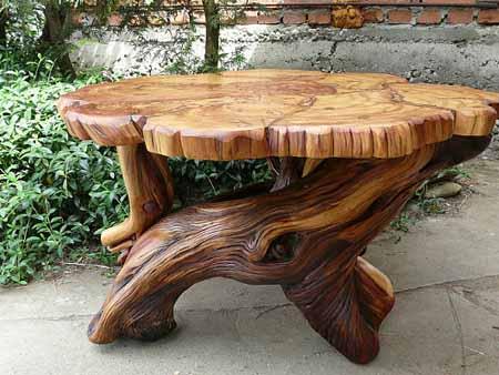 Декоративный стол из коряг и срезов пня.