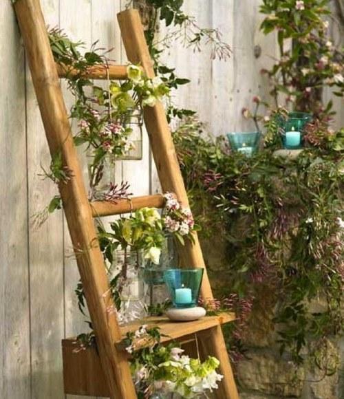 Деревянная лестница – красивый и удобный вариант оформления сада
