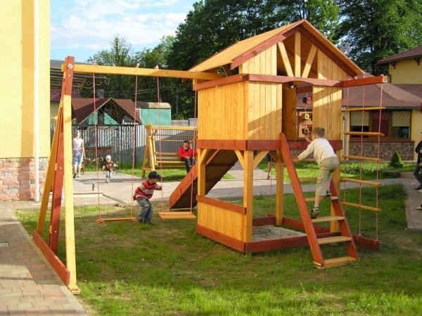 Деревянная площадка для игр придется по душе любому ребенку