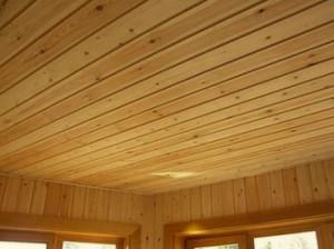 Деревянные потолки кажутся освещенными солнцем