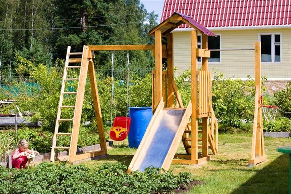 Детскую площадку надо делать в непосредственной близости от окон основного дома.