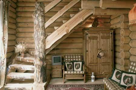 Дом из бруса или бревна лучше всего оставлять в его первозданном виде, поскольку это создает определенный стиль и позволяет сэкономить на отделке