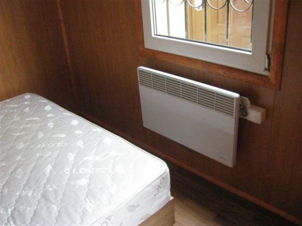 Электрический конвектор с термостатом - идеальное решение для отопления небольшой спальни.