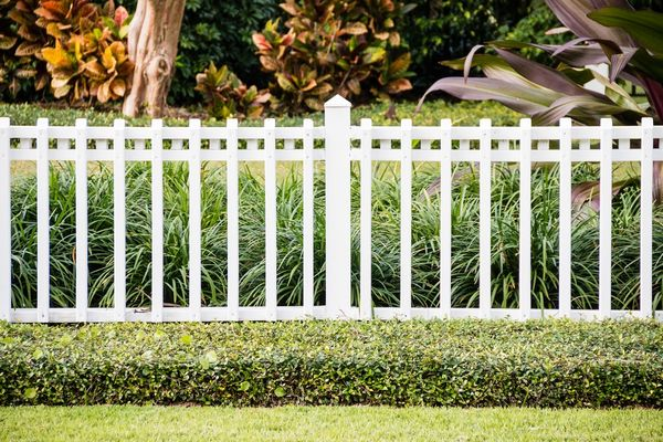 Если дачный участок небольшой – лучше обойтись декоративным забором
