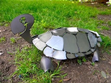 Есть возможность поработать с металлом – тогда это еще один вариант для создания необычной дачной фигурки (как на фото)
