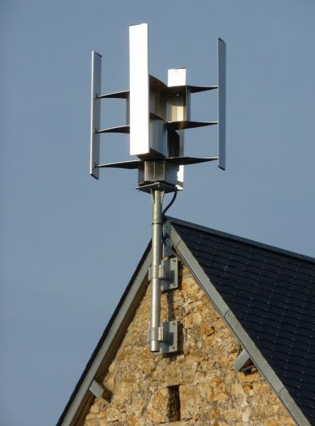 Фото крыльчатки ветряного генератора на крыше дома