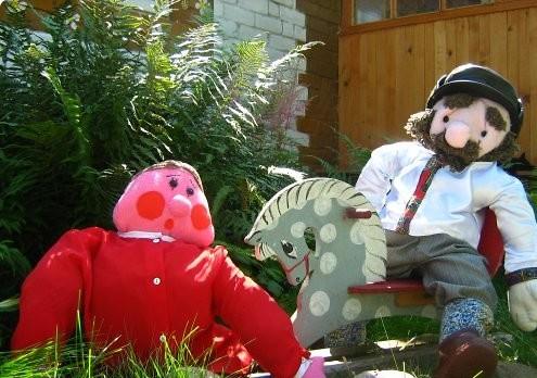 Фото симпатичных кукол расположенных на территории дачи