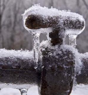 Фото замороженного водопровода.