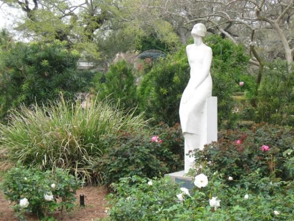 Гипсовая скульптура в саду