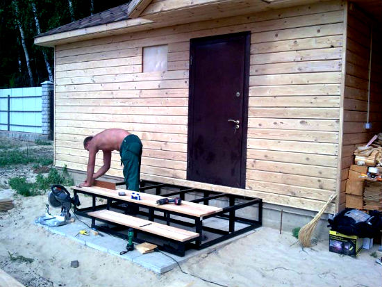 Готовим металлическое крыльцо для дачного дома с деревянными ступенями