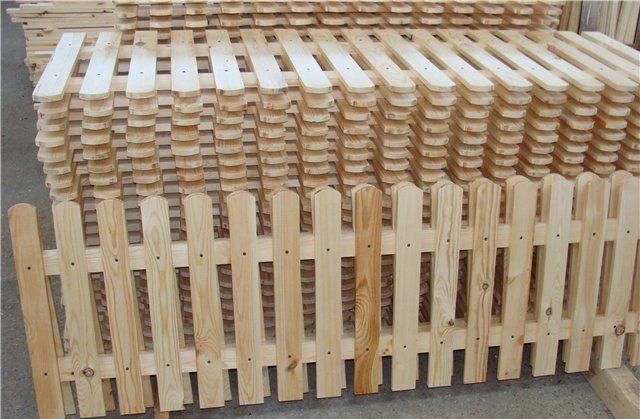 Готовые секции деревянного штакетника.