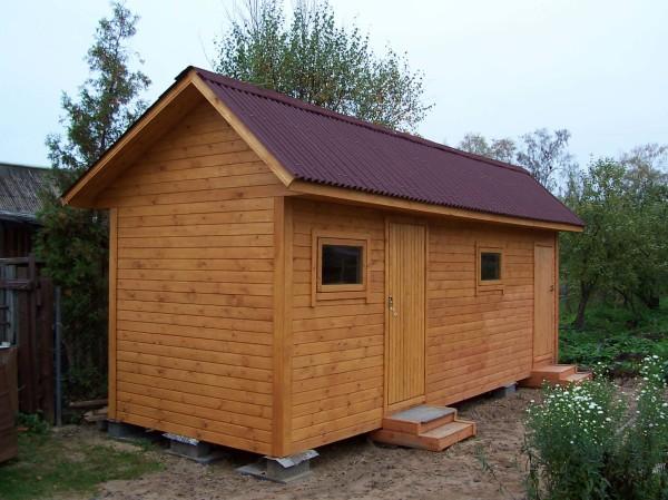Хозяйственно-бытовая постройка из деревянного бруса.