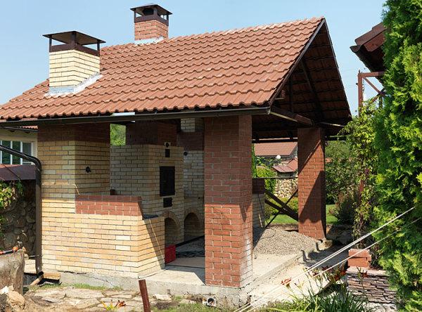 Идеальное место, предполагающее установку такой конструкции, должно иметь прочное основание и крышу, чтобы не только защитить изделие, но и создать определенный уровень комфорта при его эксплуатации