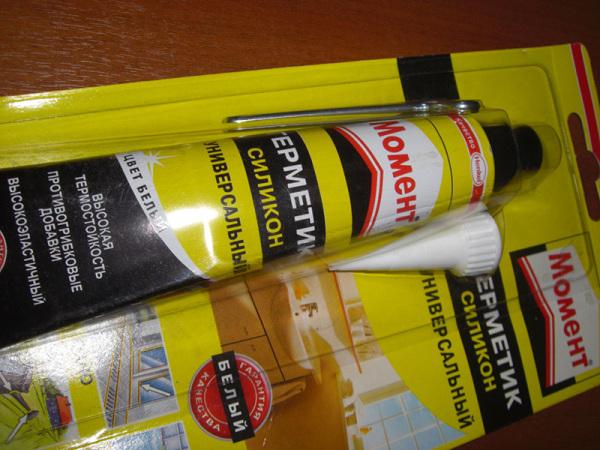 Используйте только качественные герметики от именитых производителей. Дешевый силикон отличается от них слабой адгезией к гладким поверхностям.