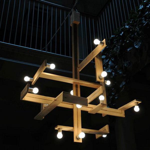 Из реек и лампочек с рассеянным светом можно соорудить отличный подвесной светильник