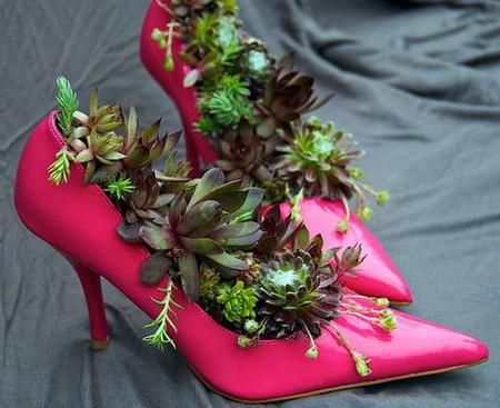 Из старых туфель можно сделать оригинальные горшки под цветы