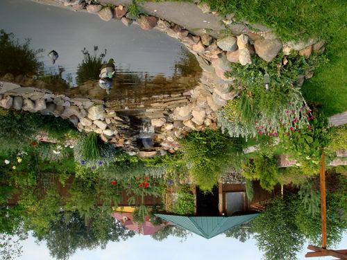 Каменные берега придают эстетичность и прочность контуру водоёма