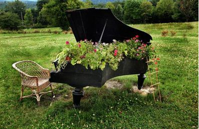 Клумба в старом пианино