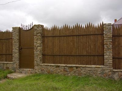 Комбинируйте материалы, чтобы получился красивый и выделяющийся забор