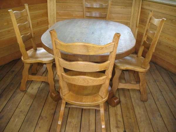 Комплект деревянной мебели в дачной беседке.
