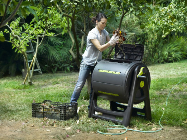 Компостер с барабаном для перемешивания отходов.