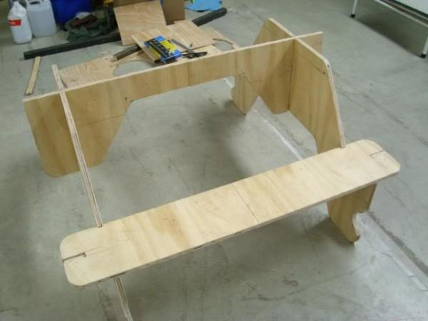 Конструкция на стадии сборки, пока без столешницы.