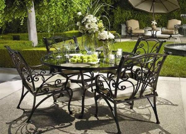 Кованая мебель в саду