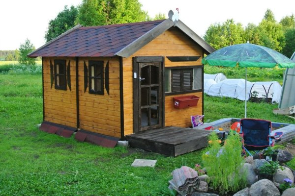 Красивый игровой детский домик на загородном участке
