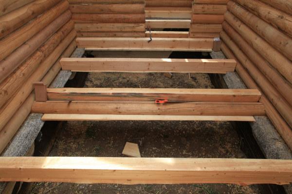 Лаги для пола в маленьком деревянном домике