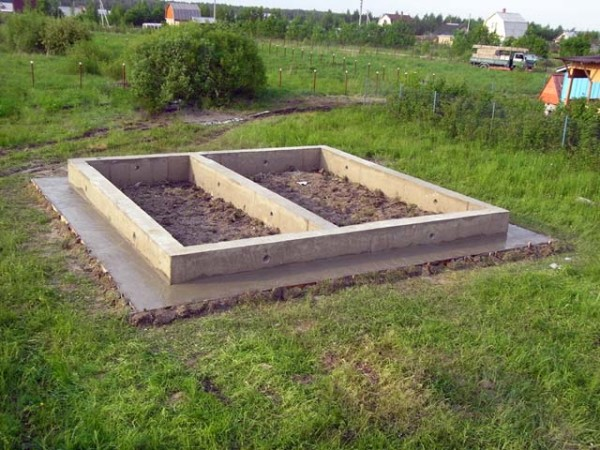 Ленточный фундамент с бетонной отмосткой.