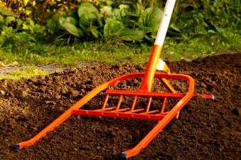 Любительское фото, оригинального изобретения ручного инструмента для вкапывания земли