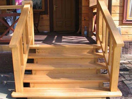 Массивная деревянная лестница для крыльца на даче смотрится очень привлекательно и отлично вписывается в загородный ландшафт