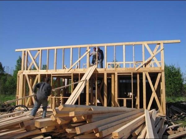 Монтаж стеновых конструкций в одиночку практически невозможен
