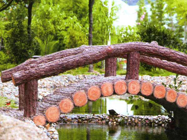 Мостик из дерева через ручей