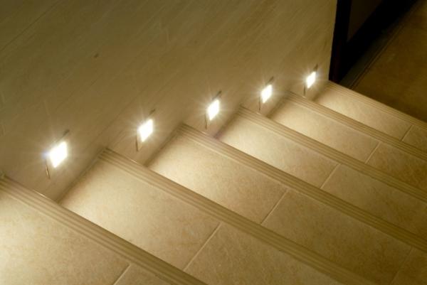 Можно сделать точечную подсветку для каждой ступени – это смотрится очень интересно и отлично освещает конструкцию