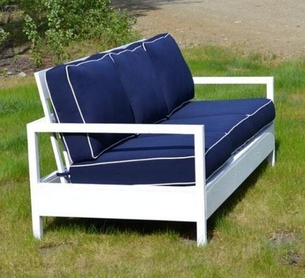 Мягкая мебель в саду.