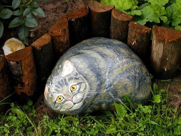 На фото - фигура кота из шлифованного камня