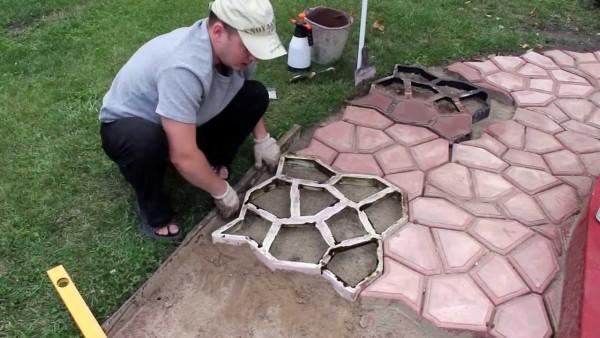 На фото - изготовление садовых дорожек своими руками с помощью пластиковых форм
